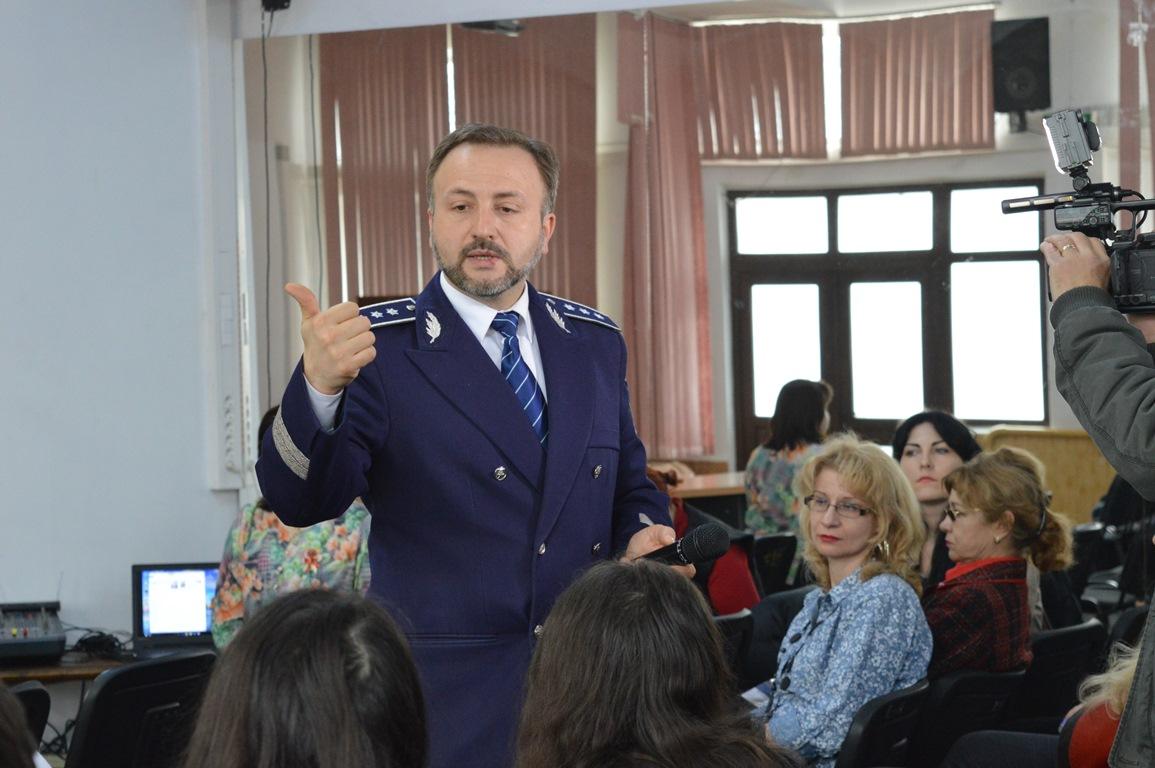 Manifestarea a avut loc in sala de festivitati a unitatii de invatamant,  fiind vizata prezentarea campaniei de prevenire a violentei in familie  ARIPI FRaNTE ...