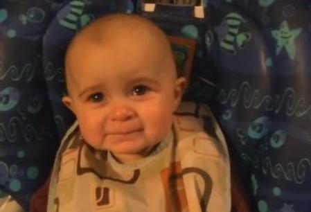 Reactia unui bebelus cand mama lui ii canta