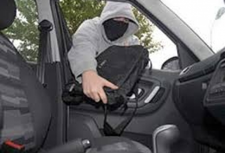 Nu lasati bunuri de valoare, la vedere in masina! Unui iesean i s-au furat bunuri in valoare de 3000 de euro
