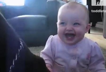 Rasul acestui bebelus este cu adevarat molipsitor. Reactia copilului cand aude un catel mancand popcorn